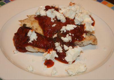 Kip in tomatensaus met olijven en feta; recept; recepten; hoofdgerecht; hoofdgerechten; kip; kipfilet; feta; passata; kappertjes; olijf; olijven; zwarte olijven; tomaat; tomaten