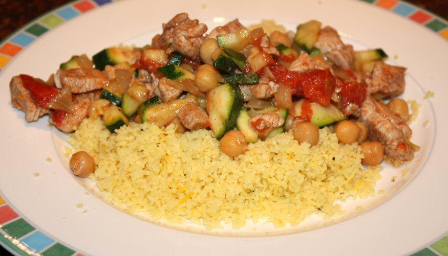 Snelle Marokkaanse stoofschotel met kip en groenten; recept; recepten; hoofdgerecht; hoofdgerechten; tajine; stoofschotel; kip; courgette; tomaat; tomaten; couscous; citroen; kikkererwten