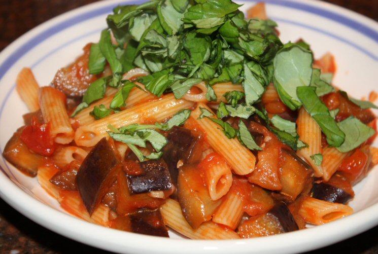 Pasta met aubergine en tomaten; recept; recepten; hoofdgerecht; hoofdgerechten; italiaans; pasta; aubergine; gepelde tomaten; tomaat; tomaten; basilicum; kaas; parmezaan; parmezaanse kaas; vegetarisch