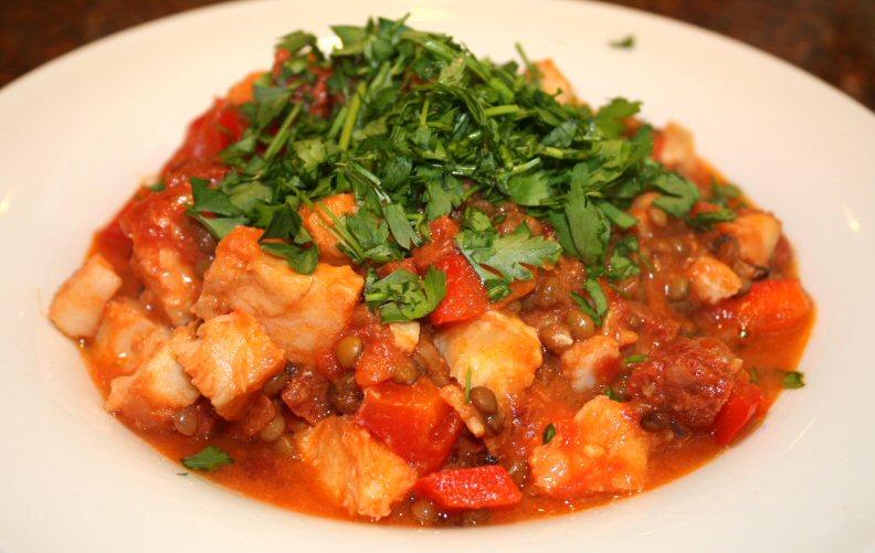 Spaans stoofpotje met kabeljauw en linzen; recept; recepten; hoofdgerecht; hoofdgerechten; stoofpot; stoofschotel; kabeljauw; linzen; paprika; chorizo