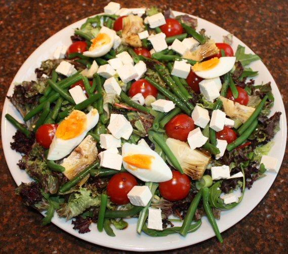 Vegetarische salade Niçoise; recept; hoofdgerecht; salade; maaltijdsalade; rucola; haricots verts; tomaat; tomaten; artisjok; ei; vegetarisch;