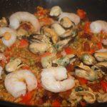 Paella met chorizo en reuzengarnalen
