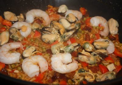 Paella met chorizo en reuzengarnalen; recept; recepten; hoofdgerecht; hoofdgerechten; Spaans; paella; garnalen; mosselen; chorizo; rijst; doperwten; paprika