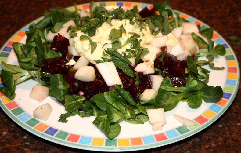 Maaltijdsalade met rode bieten en geitenkaasdressing; recept; recepten; hoofdgerecht; hoofdgerechten; salade; maaltijdsalade; rode bieten; bieten; geitenkaas; peer; veldsla; munt
