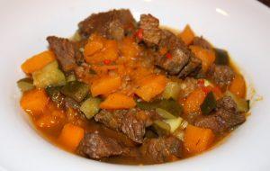 Marokkaanse stoofschotel met rundvlees en pompoen; recept; recepten; hoofdgerecht; hoofdgerechten; stoofschotel; marokkaans; pompoen; rundvlees; courgette;