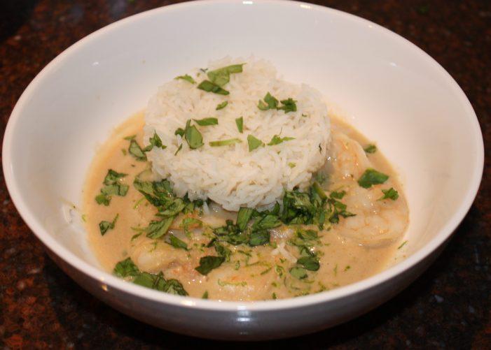 Thaise curry met reuzengarnalen en kokosmelk; recept; recepten; hoofdgerecht; hoofdgerechten; Thais; oosters; reuzengarnalen; garnalen; garnaal; currypasta; kokosmelk; limoen; basilicum