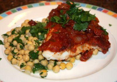 Vis uit de oven met tomaten-chorizo saus; recept; recepten; hoofdgerecht; hoofdgerechten; vis; kabeljauw; pangasius; kikkererwten; chorizo