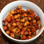 Salade van kikkererwten met chorizo (tapas)