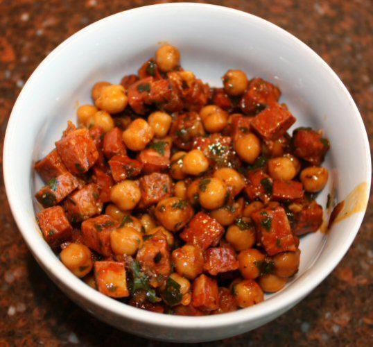 Salade van kikkererwten met chorizo; recept; recepten; tapas; hapje; spaans; salade; kikkererwten; chorizo; uien; knoflook; laurier; peterselie; kaneel;