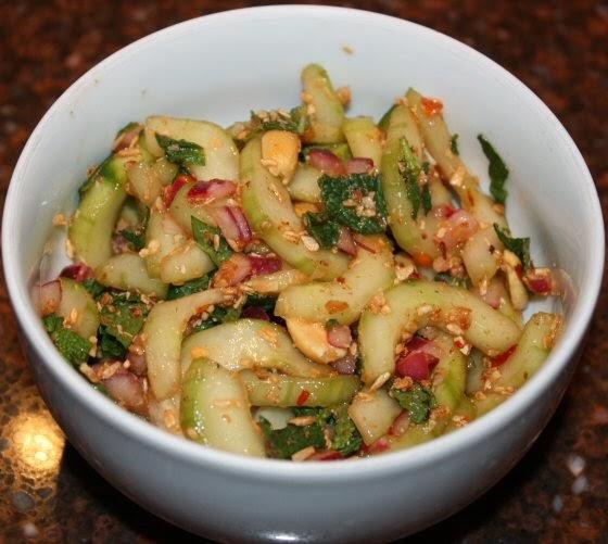 Thaise komkommersalade met seroendeng en munt; recept; recepten; bijgerecht; bijgerechten; komkommer; thais; oosters; munt; rode ui; limoen