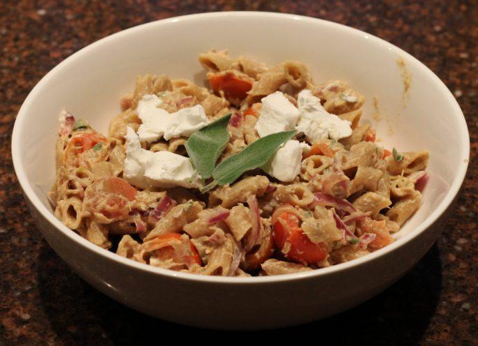 Pasta met tonijn en salie; recept; recepten; hoofdgerecht; hoofdgerechten; pasta; tonijn; salie; geitenkaas; tomaat; tomaten; kerstomaat; kerstomaten; kerstomaatjes; vis; tonijn