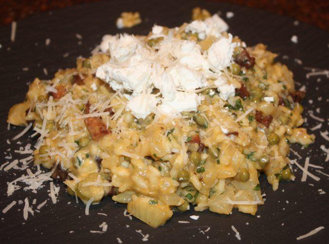Risotto met chorizo en geitenkaas; recept; recepten; hoofdgerecht; hoofdgerechten; risotto; rijst; chorizo; geitenkaas; doperwten; venkel; parmezaan; parmezaanse kaas; italiaans; mediterraan