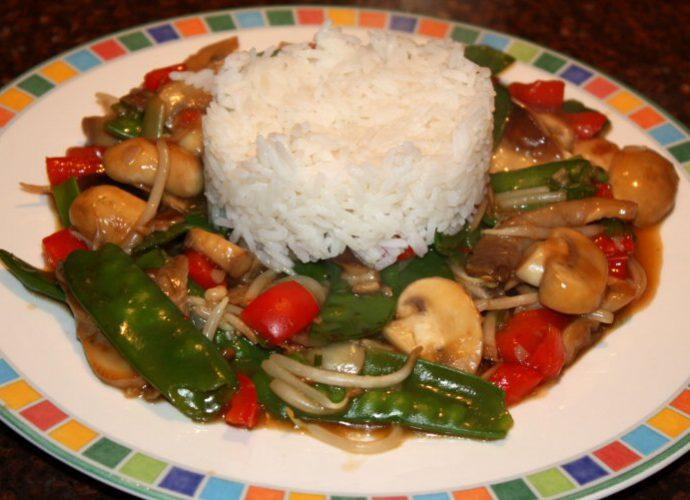 Oosterse groentenroerbak met rijst; recept; recepten; hoofdgerecht; hoofdgerechten; oosters; chinees; aziatisch; peultjes; champignons; rode paprika; taugé; vegetarisch;