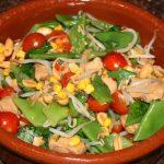 Thaise maaltijdsalade met gemarineerde kip en snijbonen