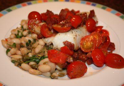 Vis met spek en tomaten geserveerd met een bonensalade; recept; recepten; hoofdgerecht; hoofdgerechten; mediterraan; vis; witvis; kabeljauw; tomaten; tomaat; spek; witte bonen; bonen; kappertjes