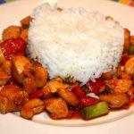 Thaise kip met rode curry en cashewnoten