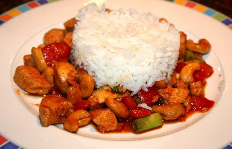 Thaise kip met rode curry en cashewnoten; recept; recepten; hoofdgerecht; hoofdgerechten; thais; kip; paprika; cashewnoten