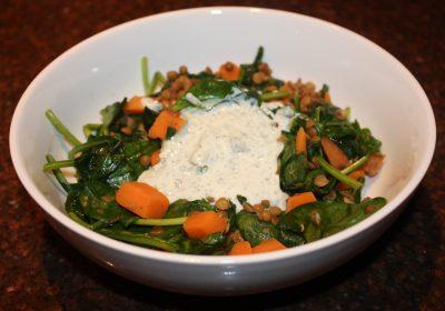 Warme salade van zoete aardappel en spinazie met munt-yoghurt; recept; recepten; hoofdgerecht; hoofdgerechten; maaltijdsalade; salade; mediterraan; spinazie; munt; zoete aardappel; linzen