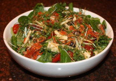 Maaltijdsalade met chorizo en kaas; recept; recepten; hoofdgerecht; hoofdgerechten; salade; maaltijdsalade; chorizo; kaas; veldsla; tomaat; tomaten; kerstomaat; kerstomaten; kerstomaatjes; olijf; olijven; tuinkers