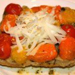 Tarte-tatin met tomaten en schapenkaas; recept; recepten; hoofdgerecht; hoofdgerechten; hartige taart; quiche; tomaat; tomaten; kerstomaat; kerstomaten; schapenkaas; pesto; bladerdeeg