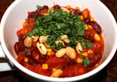 Bonenschotel met salami en pinda's; recept; recepten; hoofdgerecht; hoofdgerechten; salami; kidneybonen; maïs; passata; gezeefde tomaten; pinda