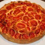 Hartige taart met kaas en tomaten