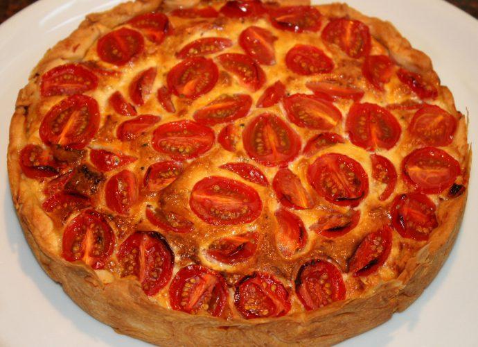 Hartige taart met kaas en tomaten; recept; recepten; hoofdgerecht; hoofdgerechten; kaas; tomaat; tomaten; kerstomaat; kerstomaten; kerstomaatjes; quiche; hartige taart