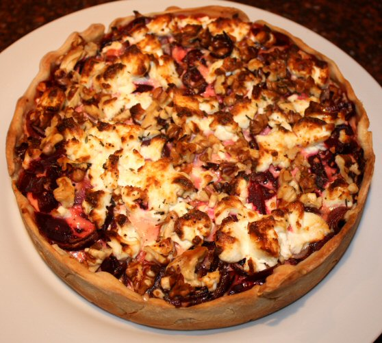 Hartige taart met rode bieten en geitenkaas; recept; recepten; hoofdgerecht; hoofdgerechten; hartige taart; quiche; rode biet; rode bieten; biet; bieten; geitenkaas; walnoot; walnoten