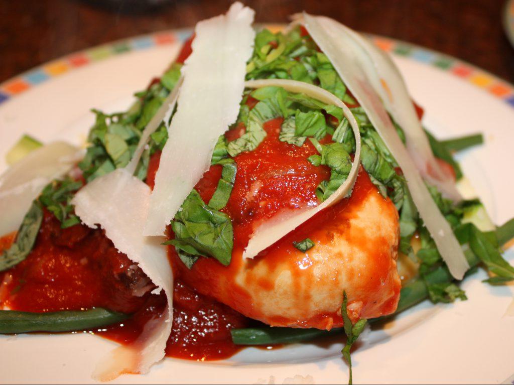 Kipfilet met mediterrane tomatensaus; recept; recepten; hoofdgerecht; hoofdgerechten; kip; kipfilet; passata; gezeegde tomaten; basilicum; olijf; olijven; parmezaanse kaas; italiaans; mediterraan; donna hay