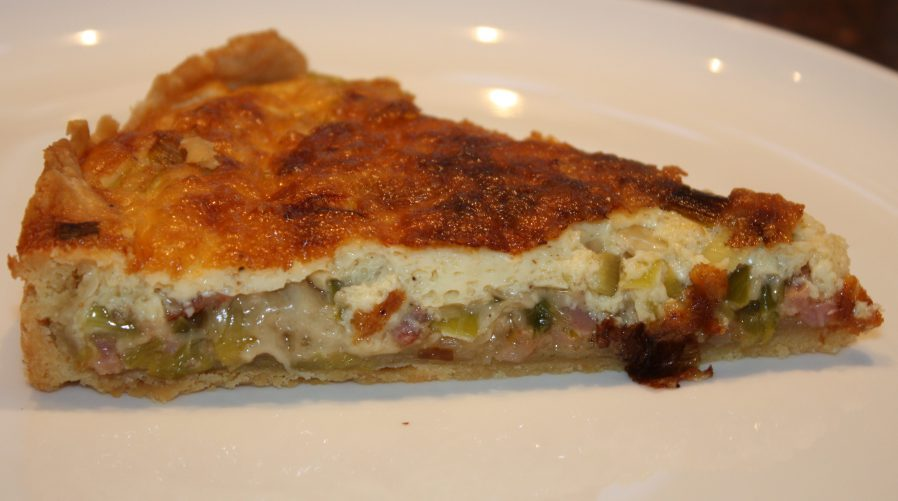 Quiche Lorraine met prei; recept; recepten; hoofdgerecht; hoofdgerechten; quiche; hartige taart; prei; kaas; spek; spekjes; Gruyere; Gruyère; koken; zelfgemaakt; oven;