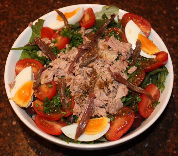 Salade nicoise met tonijn; recept; recepten; hoofdgerecht; hoofdgerechten; maaltijdsalade; salade; tonijn; ansjovis; ei; eieren; kerstomaat; kerstomaten; kerstomaatje; kerstomaatjes; tomaat; tomaten; olijf; olijven