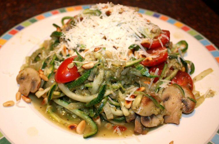 Courgette spaghetti met pesto en champignons; recept; hoofdgerecht; courgette; spaghetti; courghetti; champignons; tomaat; tomaten; pesto; vegetarisch; snel klaar