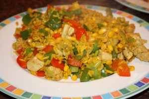 Rijst met kip en paprika; recept; recepten; hoofdgerecht; rijst; kip; kipfilet; rode paprika; groene paprika; paprika; prei; maïs