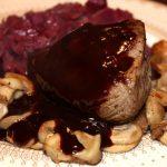 Hertenbiefstuk met rode portsaus en paddenstoelen