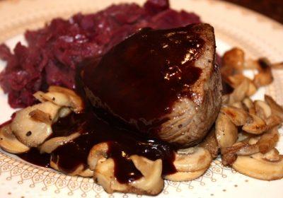 Hertenbiefstuk met rode portsaus en paddenstoelen; recept; recepten; wild; kerst; hoofdgerecht; hoofdgerechten; oesterzwam; oesterzwammen; shii take