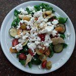 Maaltijdsalade met artisjokken en courgette; recept; recepten; hoofdgerecht; hoofdgerechten; maaltijdsalade; salade; veldsla; courgette; artisjok; kerstomaten; kerstomaatjes; feta