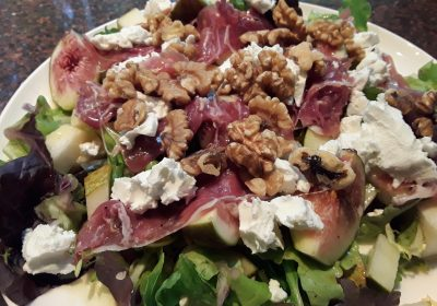 Maaltijdsalade met vijgen en parmaham; recept; recepten; hoofdgerecht; hoofdgerechten; maaltijdsalade; salade; vijgen; peer; peren; parmaham; geitenkaas; walnoot; walnoten