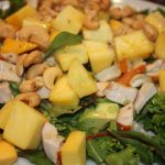 Maaltijdsalade met gerookte kipfilet en mango; reept; recepten; hoofdgerecht; hoofdgerechten; maaltijdsalade; salade; gerookte kip; gerookte kipfilet; mango; cashewnoten; rucola;