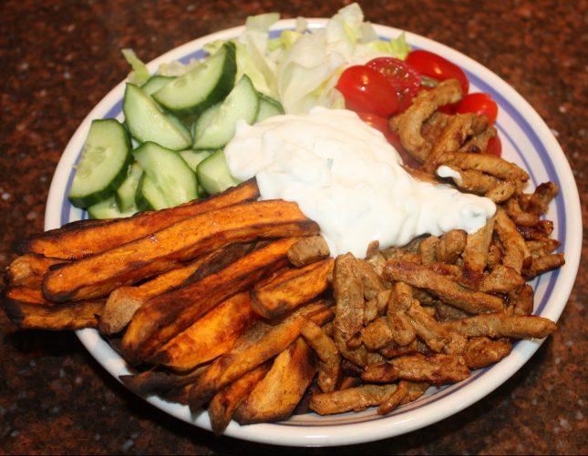 Shoarma bowl met zoete aardappel frites; recept; recepten; hoofdgerecht; hoofdgerechten; bowl; shoarma; tzatziki; zoete aardappel; ijsbergsla; komkommer; tomaat; tomaten; kerstomaat; kerstomaten