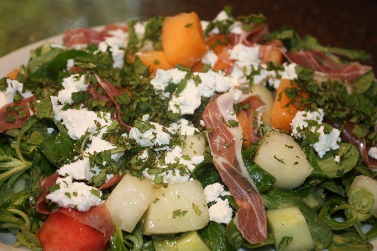 Maaltijdsalade met meloen en parmaham; recept; recepten; hoofdgerecht; salade; maaltijdsalade; meloen; parmaham; geitenkaas; veldsla; munt