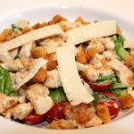 Caesar salade met krokante kip en croutons