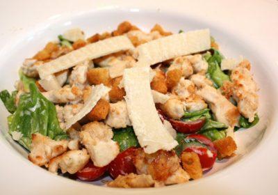Caesar salade met krokante kip en croutons; recept; recepten; hoofdgerecht; hoofdgerechten; maaltijdsalade; salade; kip; tomaat; tomaten;