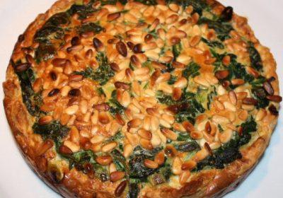 Spinazietaart met pijnboompitten en geitenkaas; recept; recepten; hoofdgerecht; hoofdgerechten; hartige taart; quiche; spinazie; pijnboompitten; geitenkaas; bladerdeeg