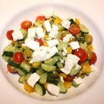 Griekse maaltijdsalade met komkommer en feta; recept; recepten; hoofdgerecht; hoofdgerechten; maaltijdsalade; salade; komkommer; tomaat; tomaten; kerstomaat; kerstomaten; feta; paprika; olijf; olijven