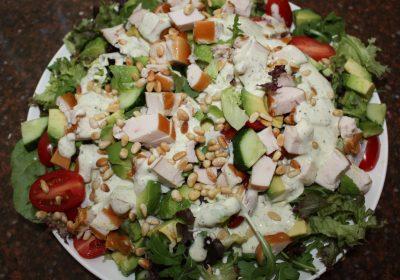 Maaltijdsalade met gerookte kip en pesto-yoghurtdressing; recept; recepten; hoofdgerecht; hoofdgerechten; maaltijdsalade; salade; gerookte kip; kip; kerstomaten; kerstomaat; avocado; pesto; yoghurt