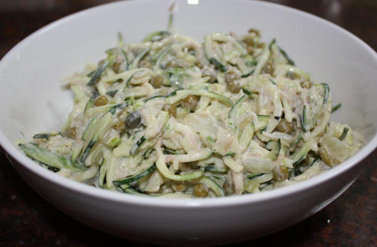Courgette spaghetti met romige saus met tonijn en doperwten