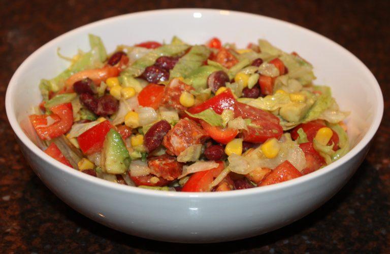 Mexicaanse maaltijdsalade met kidneybonen en chorizo