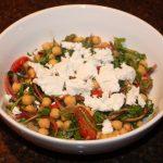Maaltijdsalade van kikkererwten en tomaten met geitenkaas