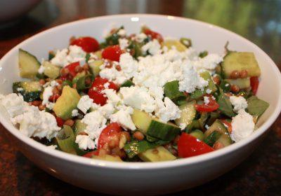 Griekse maaltijdsalade met linzen en feta; recept; recepten; hoofdgerecht; hoofdgerechten; maaltijdsalade; salade; linzen; komkommer; feta; avocado; tomaat; tomaten; kerstomaat; kerstomaten