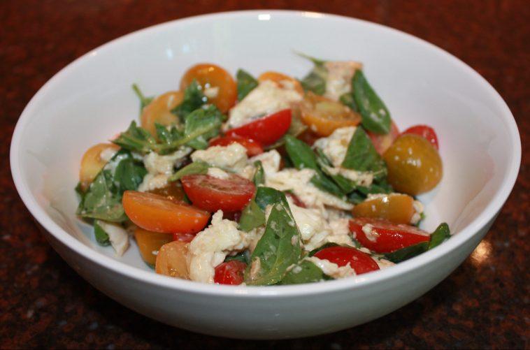 Tomatensalade met basilicum en mozzarella; recept; recepten; voorgerecht; voorgerechten; bijgerecht; bijgerechten; insalata caprese; salade caprese; tomaat; tomaten; kerstomaat; kerstomaten; basilicum; mozzarella